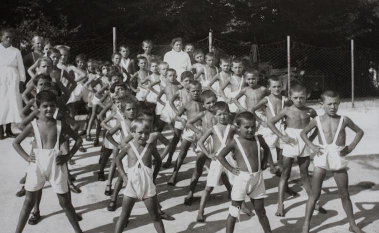 Bambini che fanno ginnastica, foto d'epoca, Crespi d'Adda