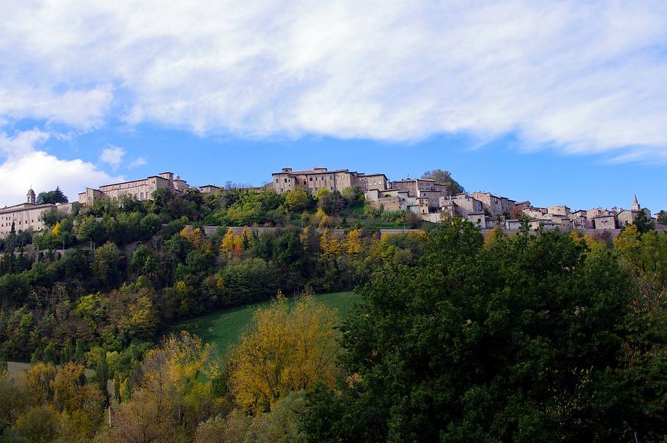Urbino inserito del paesaggio collinare delle Marche