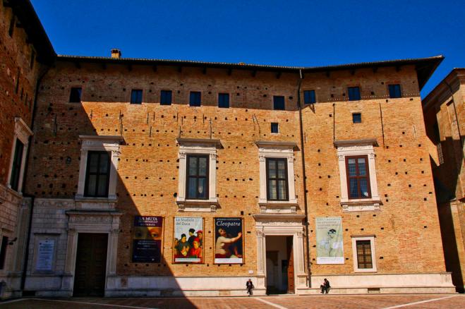 La foto è stata scattata nel punto dove è migliore l'acustica della piazza di fronte a Palazzo Ducale (foto Alain Rouiller, Flickr)