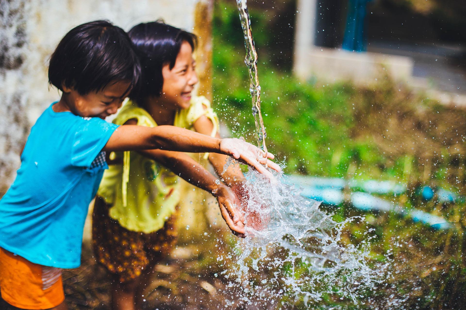 bambine acqua